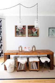 Textiles con estilo para combatir el frío - incorporating nature and textiles indoors. Rustic wood table, with fur pelts on eclectic mash of chairs.