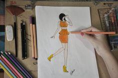 Conjunto de Top Cropped e saia peplum e tecido mesclado nas cores amarelo e laranja, nos tecidos em poliéster e elastano.
