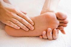 Chứng tê buồn chân tay là một dạng bệnh lý thuộc thần kinh, thường xảy ra ở mọi lứa tuổi. Để thoát khỏi những khó chịu và đề phòng biến chứng nguy hiểm của chứng tê buồn chân tay, cần xác định được nguyên nhân, từ đó có cách điều trị phù hợp.