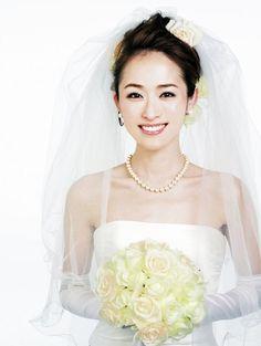 ふんわりアップのベールスタイルで幸せ感たっぷりの花嫁姿に/Front