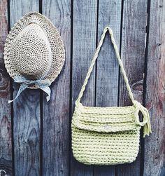 Капелюшок та сумка для планшету.