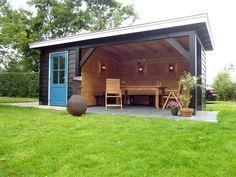 Tuinkamer Texel van hout. Blauwe duur en loungeset. www.bronkhorstbuitenleven.nl