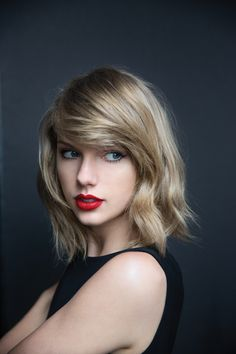Taylor Swift in her signature #makeup: Winged cat eye + red lips.