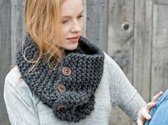 DIY tutorial: Knit a Chunky Cowl With Buttons via en.DaWanda.com