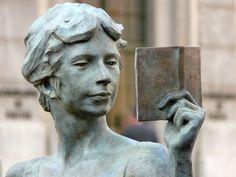 La mirada del lector/Čtenář, the reader, «la liseuse», de La Cyril Patellière (nascut el 6 octubre 1950 a Loire-Atlantique ). Il·lustrador i escultor francès.