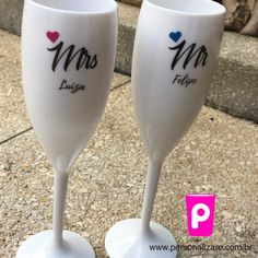 #taçachampagne #taçapersonalizada #namorado #namorada #presentecriativo #lembrancinha #brinde #casamento #noiva #noivo Gin, Flute, Wine Glass, Champagne, Tableware, Gold Champagne, Bride Groom, Personalized Mugs, Creative Gifts