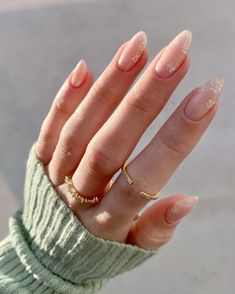 Neutral Nail Art, Neutral Nail Designs, Flower Nail Designs, Simple Nail Designs, Daisy Nails, Flower Nails, Classy Almond Nails, Summer Gel Nails, Spring Nails