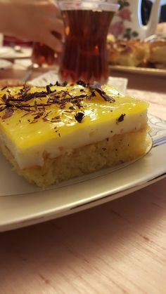 Annemin arkadaşı Adeviye teyzeye gittiğimizde ikram ettikleri nefis bir tat... Bizimde bu aralar favori pastamız oldu. Sizde mutlak... Summer Treats, Cheesecake, Tart, Food And Drink, Baking, Desserts, Recipes, Chop Saw, Food Cakes