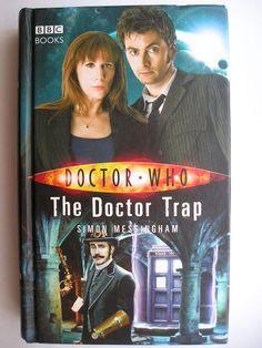 """Il romanzo """"The Doctor Trap"""" di Simon Messingham è stato pubblicato per la prima volta nel 2008. Ha come protagonisti il Decimo Dottore e Donna Noble. È al momento inedito in Italia. Copertina della BCC. Clicca per leggere una recensione di questo romanzo!"""
