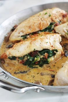 Poitrine de poulet farcies aux épinards et fromage - Expolore the best and the special ideas about Frugal meals Plat Simple, Creamy Mushroom Sauce, Mozzarella, Good Food, Yummy Food, Some Recipe, Frugal Meals, Dried Tomatoes, Gourmet Recipes