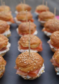 Gourmand recipes by Kélou: Mini burgers with smoked salmon Brunch Menu, Brunch Party, Brunch Recipes, Mini Burgers, Salmon Burgers, Mini Sandwiches, Finger Sandwiches, Champagne Brunch, Minis