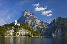 Traunkirchen (Austria)-En la región de los lagos que da fama a Austria como país de beldades naturales, nos encontramos cerca de uno de ellos, el lago Traunsee, un pueblecito tan pequeño que media hora te bastará para recorrerlo, pero tan bonito que no se te borrará nunca del recuerdo: Traunkirchen. Casas a la orilla del lago y una iglesia en lo alto de un montículo, una estampa de cuento que te hará quedarte por allí algo más de media hora.