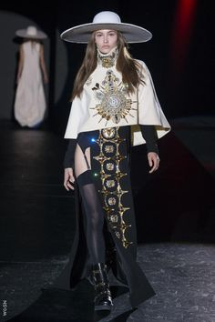 Grace Elizabeth walks the runway at the Fausto Puglisi F/W 2017 RTW fashion show during Milan Fashion Week. Haute Couture Style, Couture Mode, Couture Fashion, Runway Fashion, High Fashion, Fashion Show, Fashion Outfits, Fashion Design, Milan Fashion