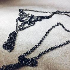 E esse colar comprido lindo?! 😍 morrendo de amores! Peça única também ❤️ Em breve os novos produtos estarão disponíveis no site... por enquanto vc pode continuar suas compras nos chamando aqui no inbox, whats ou email ☺️ #acessoriosfemininos #colar #colarfeminino #modafeminina