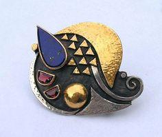 Ladurner Linda / Broche- pendentif 2008 Lapis lazuli, grenat, argent, or. Brooch- pendant: Silver, gold, lapis lazuli, garnet