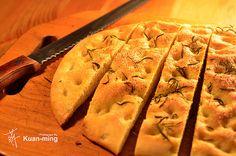 最近在各個社群網站看到很多人發出自製麵包的照片,儘管是用麵包機做的,但是仍然讓人感到手癢,想要自己做一些出來試試。無奈我沒有麵包機,要想嘗試只能倚賴那台烤箱和萬能的雙手。就這樣,「差不多食譜」找了一個看起來最簡單的麵包食譜,是個用雙手和烤箱就能完成的佛卡夏麵包 Focaccia。  材料: 麵粉、乾酵母粉、鹽巴、橄欖油、迷迭香