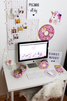 DIY Schreibtisch Makeover: DIY Fotowand selber machen. DIY Fotowand selber Nachen & Schreibtisch neu dekorieren: Eine DIY Fotowand ist im Handumdrehen selbst gemacht und erinnert dich an deine schönsten Momente. Erfahre hier, wie du Schreibtisch Deko basteln kannst!