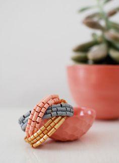 Hama boncuklarından çok şık bileklik modeli yapıyoruz. Evde takı tasarımı ile ilgilenenler için güzel ve kolay bir model. Yapılışını sizlere resimli olarak