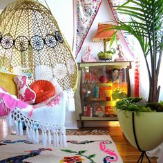 This beautiful egg hanging Chair embellishes this fun and fresh room of colonial (Mexican)-style, with a touch of kitsch. I Love it