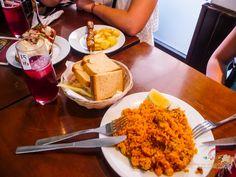 Paella mixta, tinto de verano con limón y una variedad de tapas. ¡Deliciosos!  Unos de los mejores que he comido en Málaga (Andalucía, España). #tintodeverano #paella #tapas #Malaga #Spanishfood #Spain #tapeando