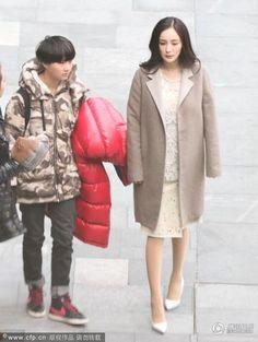 Thời gian gần đấy các phong viên thường trực tại trường phim tiểu thời đại 3 thường xuyên để ý thấy Dương Mịch đi giày cao gót trong thời gian bầu bí khiến người hâm rất lo ngại cho sức khỏe của hai mẹ con http://giaydepdep.vn/mac-bau-bi-duong-mich-van-dien-giay-cao-got