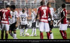 Zagueiro Chicão prepara-se para cobrar falta contra o Ituano, pelo Campeonato Paulista.