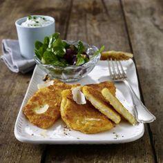 Parmesan-Sellerieschnitzel mit Kräuterdip und kleinem Salat Rezept | LECKER