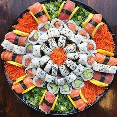 Ramen Comida, Sushi Comida, Sushi Party, Sushi Love, How To Make Sushi, Sushi Recipes, Food Platters, Exotic Food, Food Goals