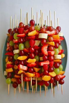 Meer doen met fruit op kamp: fruitbrochettes.