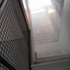 Escada com iluminação natural por meio da clarabóia.: Corredores, halls e escadas translation missing: br.style.corredores-halls-e-escadas.rústico por Metamorfose Arquitetura e Urbanismo