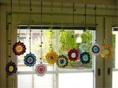 Tığ işi motiflerden çiçekli perde