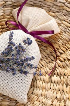 Necesitas:Tallos de lavandaRaiz de lirio azulAceite esencial de lavandaCorta 20 centímetros de cada tallo de la hoja de lavanda que quieras usar. Amárralos boca abajo y déjalos secar. Después mételos en una funda del almohada y hazla rollito para triturar las hojas. Echa las hojas secas en un recipiente y agrega 1/4 de taza de raiz de lirio azul por cada 4 de lavanda. Ponle gotitas de esencia y cierra el recipiente durante varias semanas para que guarde el aroma.Vuelve a echar gotitas de…