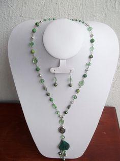 Collar verde combinado con plateado y dije de piedra natural...