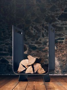 """40 cm / 45 cm / 68 cm Der the loft – Holzkorb no_06, geformt in einem modernen Design aus schwarzem Stahl, ist ein dezenter, funktionaler und ästhetischer Akzent neben Ihrem Kamin. Er ist in der Standardausführung mit seitlichem Griffausschnitt erhältlich und passt mit der (nicht inkludierten) Holzfüllung perfekt zu den anderen Möbelelementen der """"the loft"""" Serie. The Loft, Firewood Holder, Design Inspiration, Texture, Deco, Crafts, Urban Design, Fireplaces, House Design"""