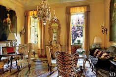 Marella Agnelli's Enchanting Estate in Northern Italy Tuscan Design, Tuscan Style, Architectural Digest, Beautiful Interiors, Beautiful Homes, French Interiors, Vintage Interiors, Chinoiserie, Classic Living Room