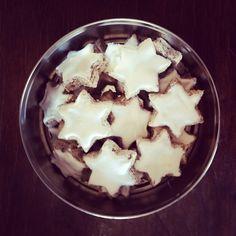 16 dicembre: dolci e biscotti natalizi. Fotografo di nuovo i Zimtsterne fatti sabato scorso, erano così tanti che non sono ancora finiti, non riesco a immaginare un dolce dall\'aspetto più natalizio!