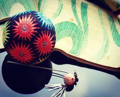 てまり 【寄り目菊】  かがっていくいちに 花火に見えて来ました。梅雨も明けていよいよ夏です。  #手まり#temari#手毬#てまり#wa #和  #japanese#culture #decoration#ball#日本#芸術#art#手作り#伝統#文化
