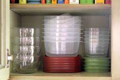 Como aproveitar melhor o espaço da cozinha pequena. Coloque uma coisa dentro da outra! Formas, ou potes plásticos, por exemplo. Comece do maior para o menor e coloque tudo dentro um do outro. Isso serve para embalagens de plástico e outros utensílios que não sejam de vidro. Fotografia: solucoeslucymizael.com.br