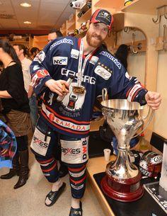 Barry Tallackson mit dem Pokal in der Eisbären-Kabine