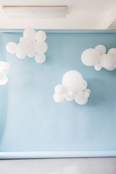 DIY Cloud Balloons Backdrop behind photobooth Balloon Clouds, Balloon Backdrop, Baby Shower Backdrop, Balloon Decorations Party, Parties Decorations, Cloud Baby Shower Theme, Birthday Decorations, Balloon Tree, Paper Clouds