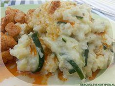 Zomer stamppotje van bloemkool en courgette en kaas, geserveerd met kipblokjes gebakken in kokosolie. Een heel gezonde maaltijd.