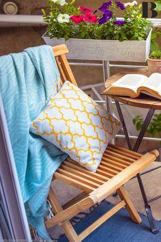 Welche Pflanzen und Möbel passen am besten und wie kann ich meinen Balkon günstig dekorieren? Diese Fragen beantworten wir hier. #balkon #deko Terrazzo, Desk, Throw Pillows, Balkon Design, Home, England, Inspiration, Balcony Ideas, Balcony Bar