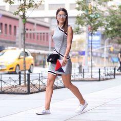 No desfile da @lacoste, que aconteceu hoje cedo no #NYFW, a blogger @camilacoelho escolheu um look esperto da marca: vestidinho curto, porque aqui está calor! Para completar o styling, ela arrematou com tênis! Cool e comfy! (Por @ritalazzarotti) #glamournanyfw