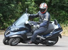 Image from http://www.motorsbros.com/images/Piaggio-MP3-400-04.jpg.