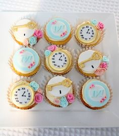 Alice in Wonderland cupcakes - I wanted to share these amazing looking cupcakes created by Miss Shell's Cakes. The detail work she put into these cupcakes