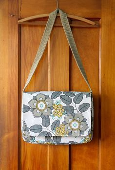 Handmade The Messenger Bag pattern - be giving the gift of awesome bags this holiday season! Diy Purse Patterns, Hobo Bag Patterns, Messenger Bag Patterns, Handbag Patterns, Diy Fabric Purses, Diy Bags Purses, Fabric Bags, Diy Messenger Bag, Diy Pochette