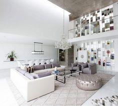 Wohnzimmer Mit Moderner Einrichtung Hngendem Kronleuchter Und Grosser Bibliothek