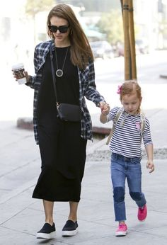 Jessica Alba Photos Photos - Actress and busy mom Jessica Alba was spotted out with her daughters Honor and Haven and also her husband Cash on November 6, 2016.. The group grabbed breakfast and then walked around West Hollywood together. - Jessica Alba and Her Family Walk Around West Hollywood