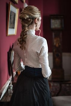 Eu acho q pode ser também uma blusa assim com uma saia vinho, com o Polisson, s. I think it can also be a blouse like this with a wine skirt, with Polisson, but the blouse cannot be very white and n Edwardian Fashion, Vintage Fashion, Art Bullet, Images Esthétiques, Vintage Outfits, Victorian Women, Victorian Clothing Women, Victorian Manor, Victorian Costume