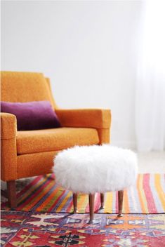 If you are looking for a refreshing addition to your living room without spending much, these DIY ottoman ideas are worth a look! These DIY ottoman will add not only extra seating but also look beautiful. Fall Living Room, Cozy Living Rooms, Diy Interior, Ikea Sheepskin Rug, Do It Yourself Regal, Diy Pouf, Diy Casa, Deco Boheme, Home And Deco